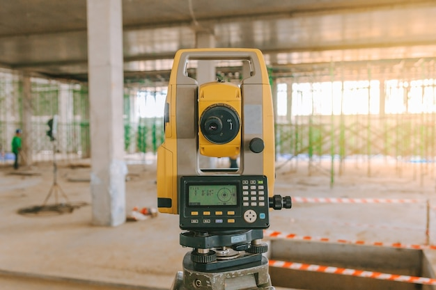 Vermesserausrüstungstachometer oder -theodolit draußen an der baustelle