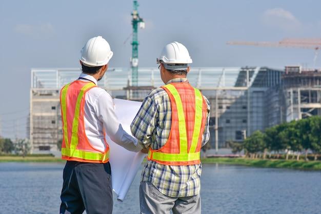 Vermessungsstandort für zwei ingenieure für immobilien im projektbau