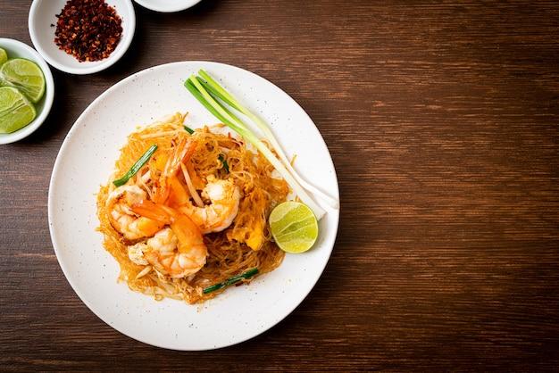Vermicelli pad thai oder thai gebratene fadennudeln mit garnelen nach thailändischer art