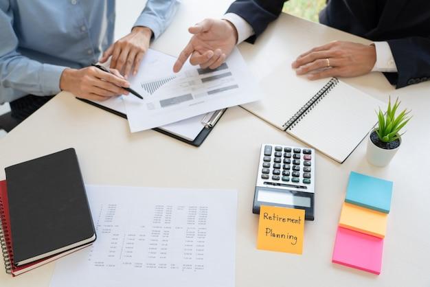 Vermögensverwaltung, geschäftsmann und team, die bilanz für die planung des finanzkundenfalls im büro analysieren.