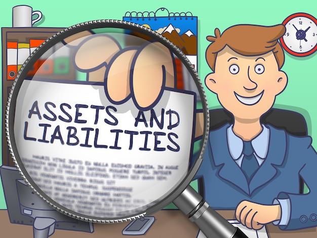 Vermögenswerte und verbindlichkeiten auf papier in der hand des unternehmers durch lupe zur veranschaulichung eines geschäftskonzepts.