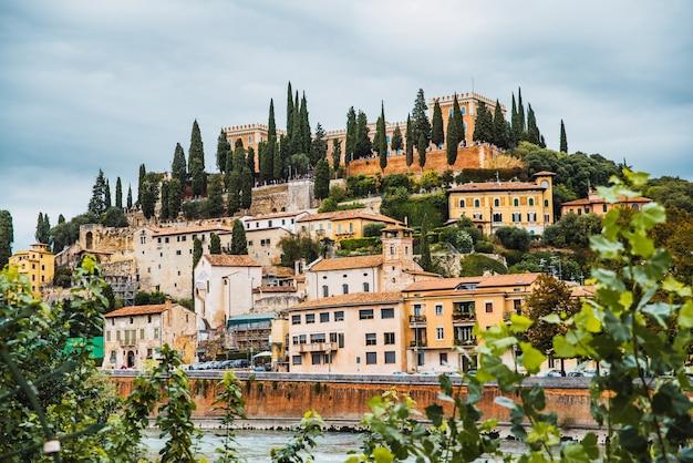 Verona, italien - 1. oktober 2021: schloss von verona und die häuser drumherum, von der altstadt aus gesehen.