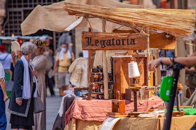 Verona, italien 10. september 2020: detail eines mittelalterlichen straßenmarktes in verona in italien