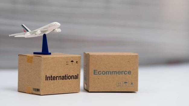 Verpacken der logistikkästen und luftkurier auf tabelle