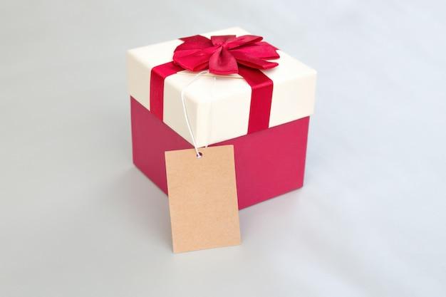 Verpacken des roten paketkastens mit umbau.