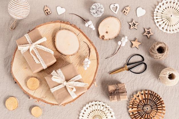 Verpacken von geschenken und erstellen umweltfreundlicher weihnachtsetiketten und -verzierungen in neutralen farben. kein plastik, keine verschwendung weihnachtsfeier konzept. draufsicht, flach liegen