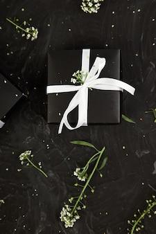 Verpacken von modernen weihnachts- oder geburtstagsgeschenkgeschenken.