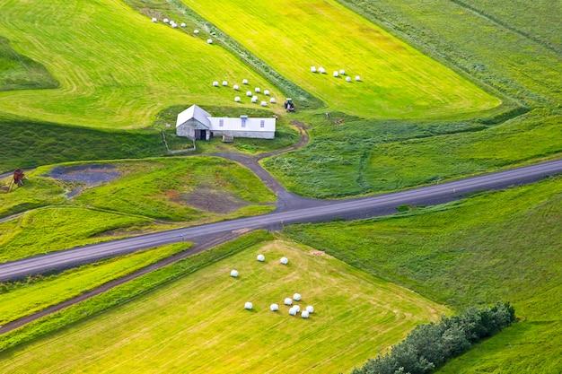Verpackt in weißen ballen geerntetes gras in island feld