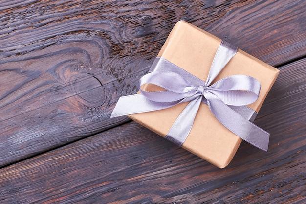 Verpackte geschenkbox mit schleife. band auf geschenkbox. geschenk für die lange erinnerung.