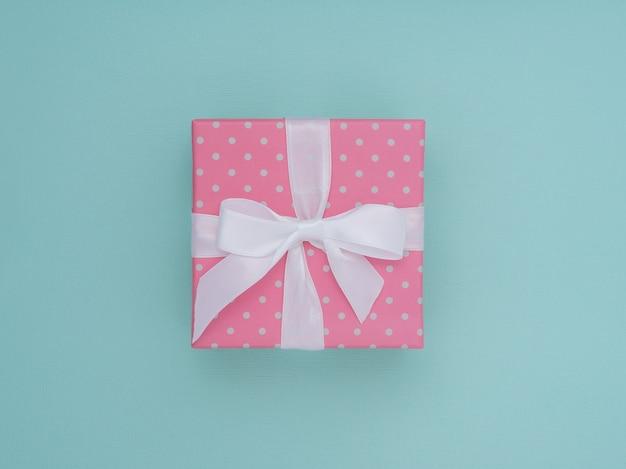 Verpackte geschenkbox. pastellfarbe flach legen minimales konzept.
