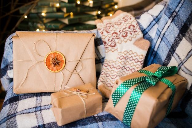 Verpackte geschenke auf der decke