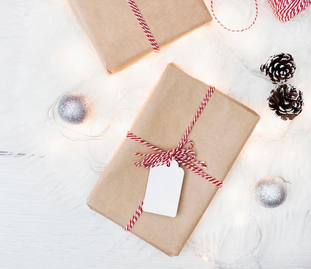 Verpackte geschenke mit weihnachtsschmuck