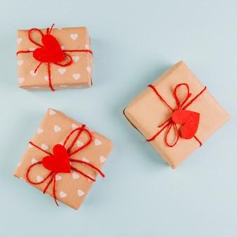 Verpackte geschenke zum valentinstag mit herzdekorationen