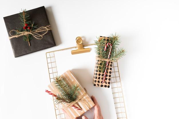 Verpackte weihnachtsgeschenke und goldenes moodboard