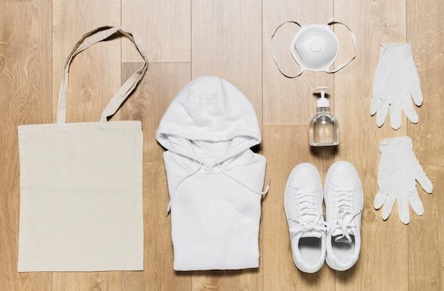 Verpackter hoodie mit schutzausrüstung und schuhen