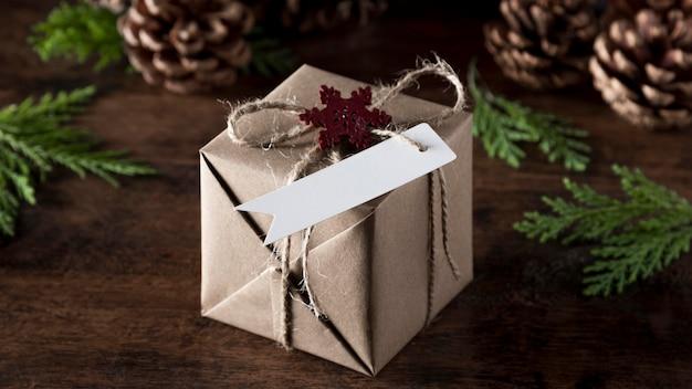 Verpacktes geschenk mit leerem etikett