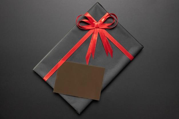 Verpacktes geschenk mit leerer kartenanordnung