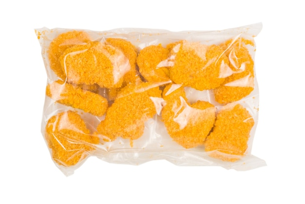 Verpackung leckere nuggets auf weißem hintergrund.