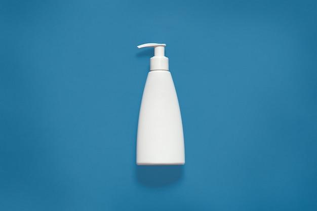 Verpackung mit flüssigseife isoaltedon blue studio, kosmetische weiße leere plastikflasche mit beschneidungspfad, vorderansicht des kosmetikbehälters mit kopienraum für werbung. attrappe, lehrmodell, simulation.