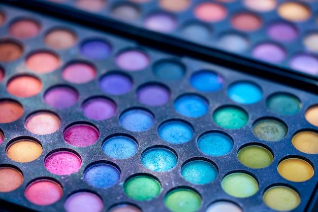 Verpackung mit mehrfarbigen schatten für make-up