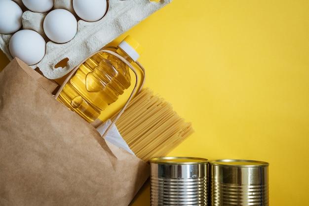 Verpackung mit produkten auf gelb