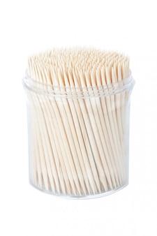 Verpackung neuer zahnstocher. an einer weißen wand.