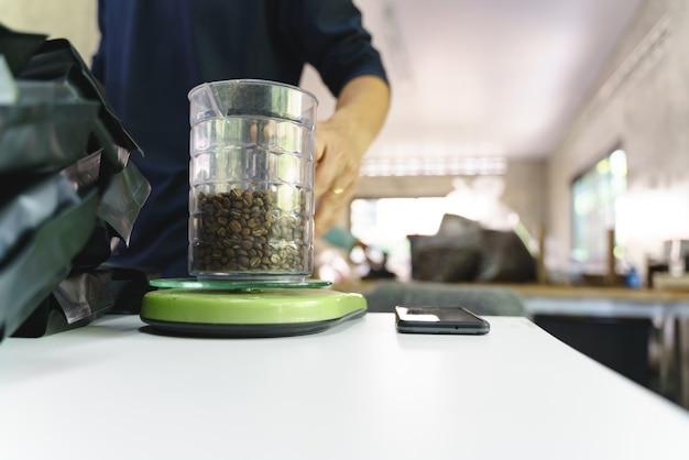 Verpackung von gerösteten kaffeebohnen in plastiktüte