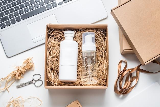 Verpackung von kosmetik- und shampooflaschen auf karton