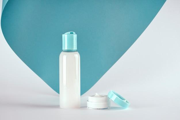 Verpackungen von seife, creme, lotion oder gel auf blauem und weißem hintergrund