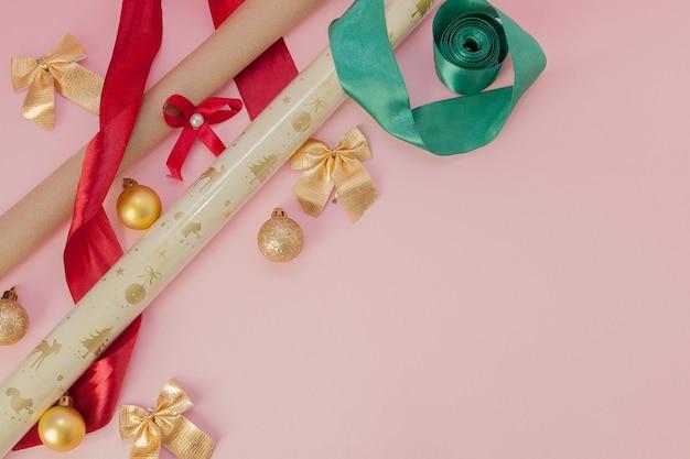 Verpackungsferiengeschenke für geburtstag, valentinstag, weihnachten, neues jahr auf rosa hintergrund