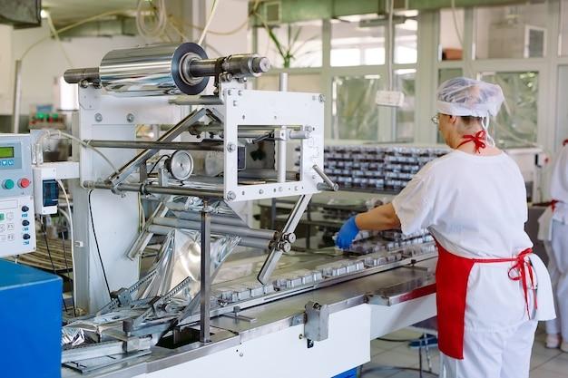 Verpackungsförderer von süßigkeiten in kunststoffverpackungen