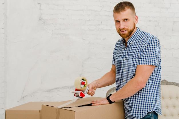Verpackungskasten des gutaussehenden mannes