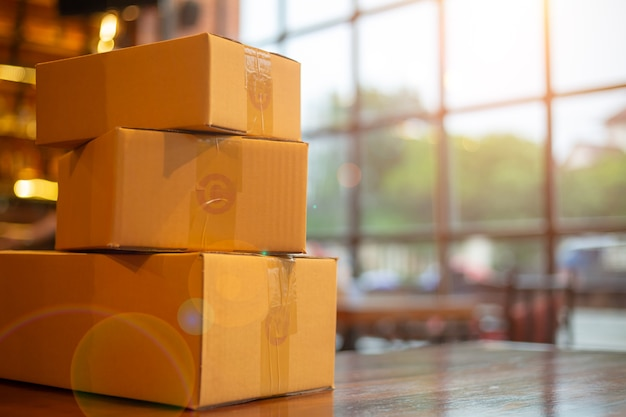 Verpackungszubehör am arbeitsplatz des kleinunternehmers des startups.