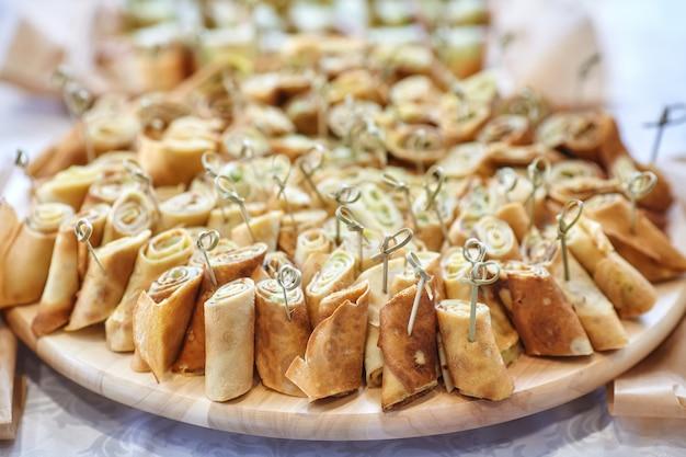 Verpflegung von canape auf dem tisch mit anderen snacks
