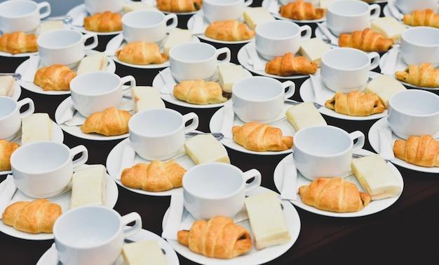 Verpflegung von kaffeegetränken, heißer kaffee mit brot, kaffeepause bei konferenzsitzung für seminar
