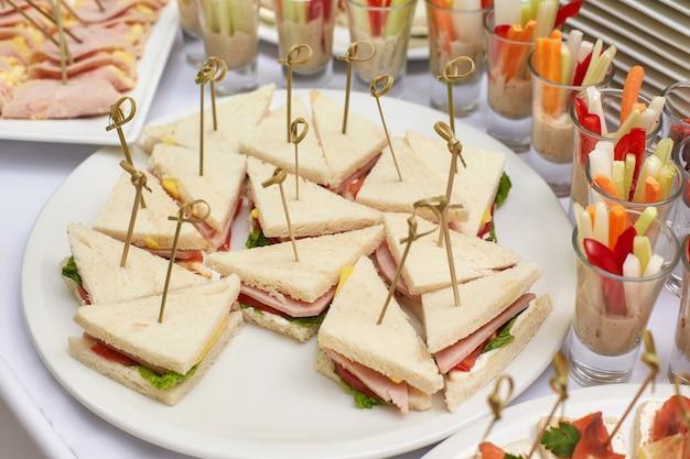 Verpflegungslebensmitteltabelle der aperitifs, der imbisse und der canapes