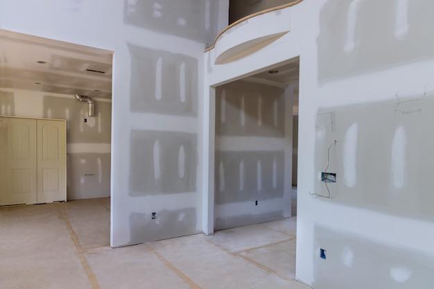 Verputzter gips an wänden und decke eines neu gebauten hauses bis zu trockenbaunähten