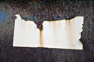 Verrostet metallplatte mit aufkleber