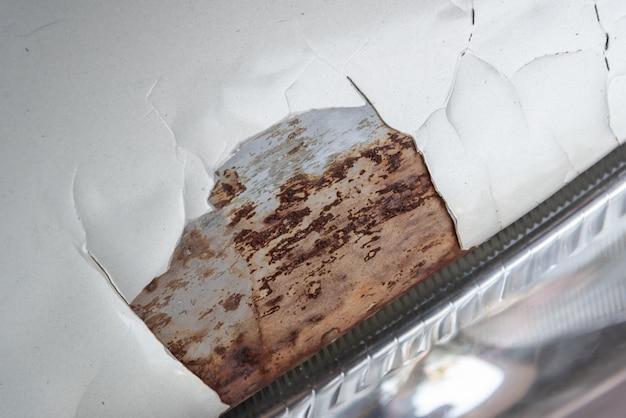 Verrostetes auto. beschädigte und gebrochene oberflächenstruktur müssen repariert werden.