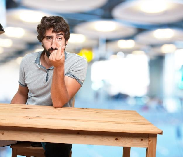 Verrückt junger mann mit tabelle .happy ausdruck