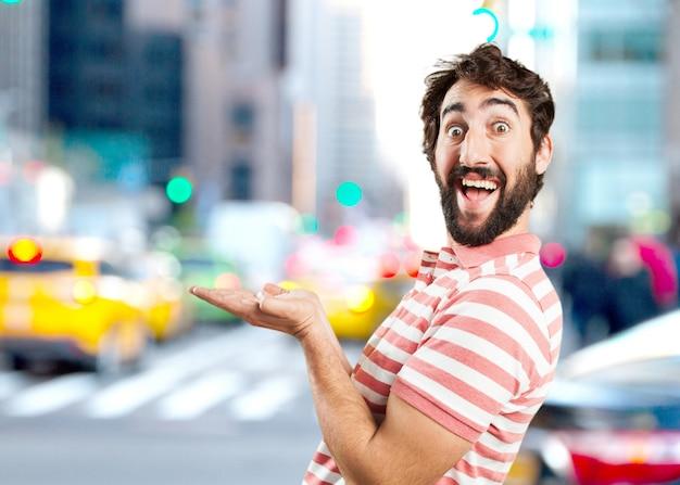 Verrückt junger mann überrascht ausdruck