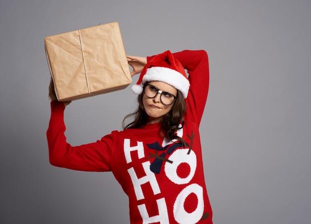 Verrückte frau mit großem weihnachtsgeschenk