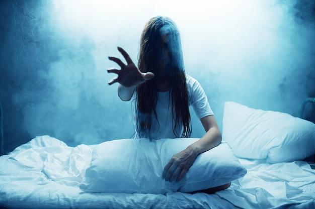 Verrückte frau zeigen hand im bett, schlaflosigkeit, dunkles rauchiges zimmer. psychedelische person, die jede nacht probleme hat, depressionen und stress, traurigkeit, psychiatrische klinik
