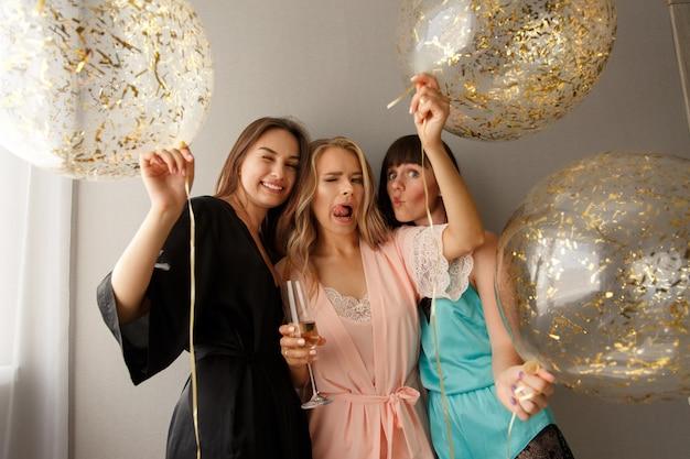 Verrückte frauen feiern die brautparty zu hause