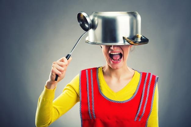 Verrückte hausfrau mit sause pan