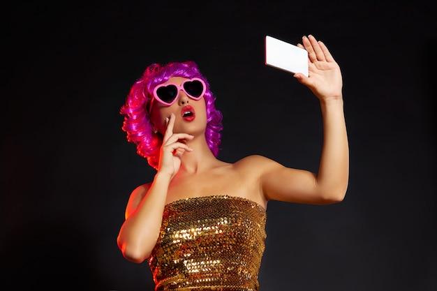 Verrückte purpurrote perückenmädchen selfie smartphonespaßgläser