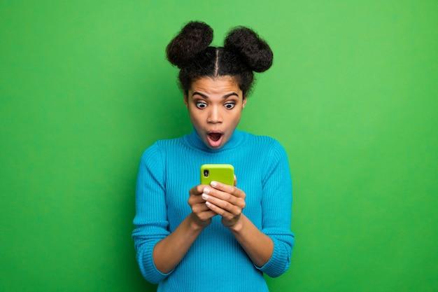 Verrückte schockierte dame halten telefon hände offen mund