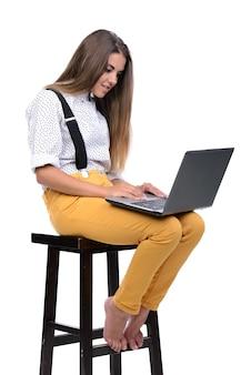 Verrückter ausdruck der jungen sonderlingsfrau in den gläsern mit laptop.