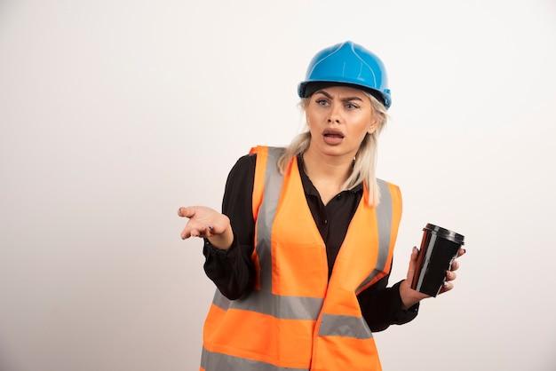 Verrückter bauarbeiter, der pause mit tasse tee hat. hochwertiges foto