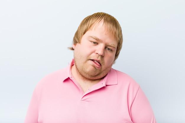 Verrückter blonder dicker mann